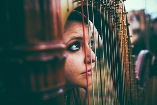 L'arpista Cecilia Lasagno, in uno scatto di Simone Cecchetti