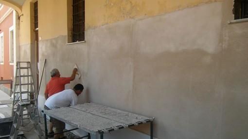I lavori sul muro esterno della biblioteca