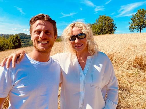 Nella foto di Silvia Muratore (studio Carpediem, Alba), Antonella Clerici e Fulvio Marino nei campi di Enkir di Sale San Giovanni.