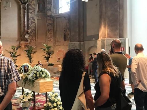 Un silenzio surreale e tanto dolore: aperta a Cuneo la camera ardente per Elia e Nicolò, Camilla e Samuele