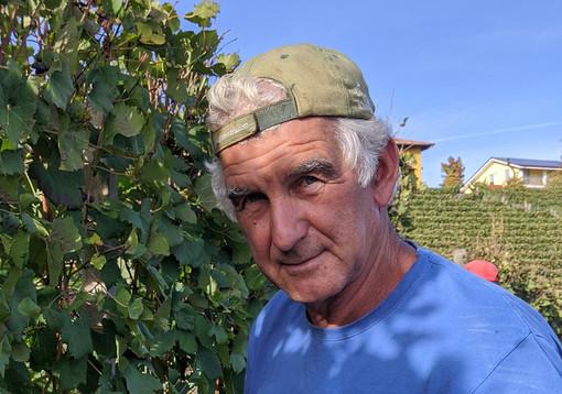 Diego Marengo, impegnato nei filari della sua azienda agricola (Fb)