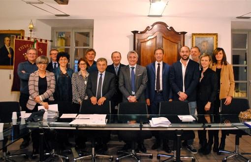 Foto di gruppo al termine dell'incontro che ha messo di fronte la Giunta albese coi vertici Aca
