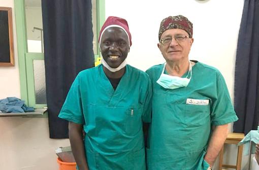 Il dottor Frea con un collega anestesista nell'ambulatorio di North Kinangop