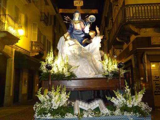 Bra, i Battuti Neri in processione con la Madonna Addolorata