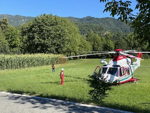 L'elicosoccorso atterrato a Paesana e il luogo dove l'escursionista è stato colto da malore