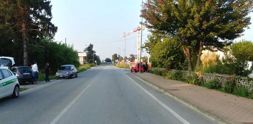 Guarene, scontro tra due auto in corso Asti. Una carambola e termina la sua corsa contro un palo