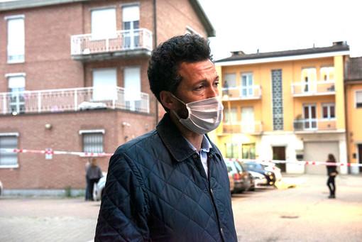 Il sindaco di Grinzane Gianfranco Garau sul luogo dlela sparatoria (foto di Barbara Guazzone)