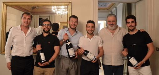 Alessandro Cattelan e Il Volo posano insieme a Matteo Ascheri e Andrea Ferrero, rispettivamente presidente e direttore del Consorzio Barolo Barbaresco