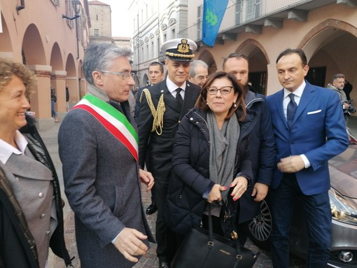 Il ministro De Micheli al suo arrivo ieri ad Alba