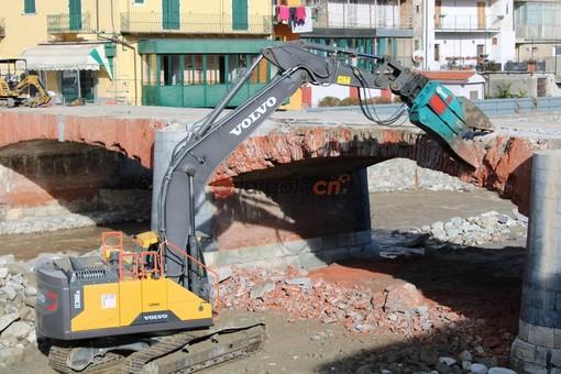 Garessio dice addio al ponte Odasso, in corso l'abbattimento della struttura (FOTO E VIDEO)