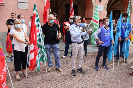 Un momento della manifestazione odierna dei lavoratori della Stamperia Miroglio