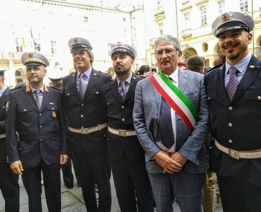 L'assessore albese Marco Marcarino con alcuni rappresentanti della Polizia municipale cittadina