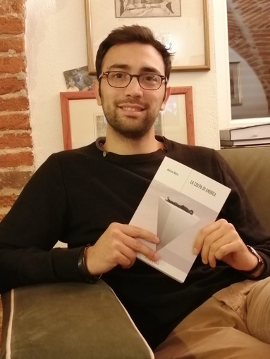 """Matteo Mana con una copia de """"La colpa di Andrea"""""""