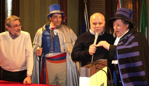 Ultimo confronto, dopo dieci anni di amministrazione, tra le maschere di Famija e il sindaco Marello