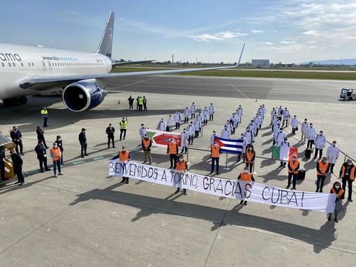 L'arrivo dei medici cubani all'aeroporto di Caselle