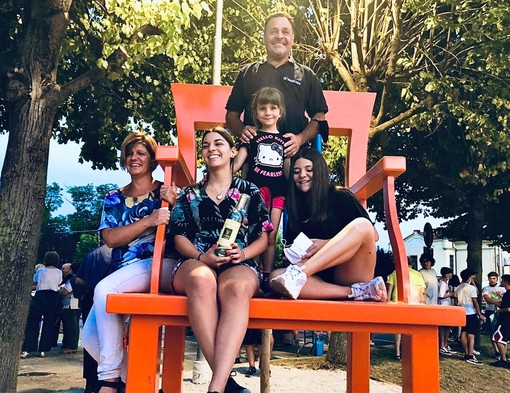 La famiglia Vaira sulla sedia di Samuele, a Novello