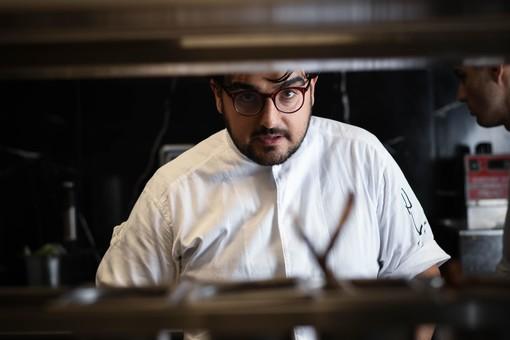 Pasquale Laera, nelle cucine del suo nuovo ristorante di Monforte