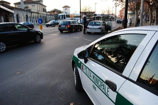 Addobbi di Natale rubati a Bra, una 50enne denunciata dalla Municipale