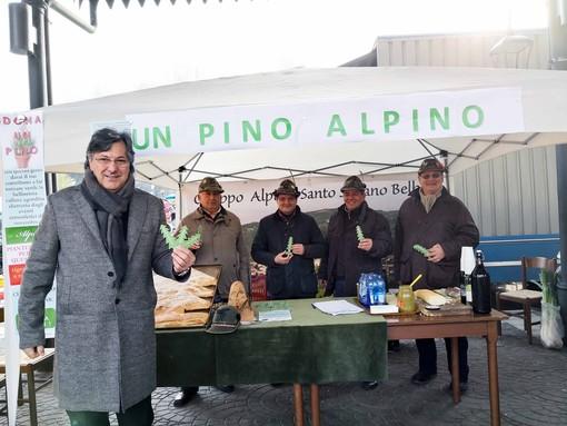 Il sindaco Icardi con i volontari del Gruppo Alpini guidato da Walter Santero