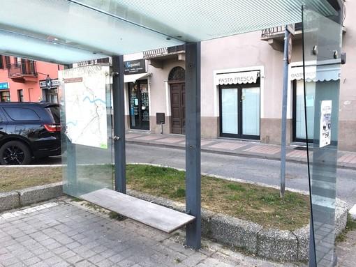 Alba, su 70 pensiline dei bus la metà risulta danneggiata dai vandali: il Comune interviene