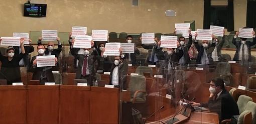 Le proteste nell'aula del Consiglio regionale