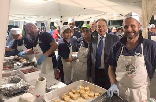 Il sindaco Marco Perosino insieme ad alcuni volontari della Pro loco (dalla pagina Fb dell'associazione)