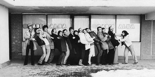 Un'immagine degli inizi: Alberto Levi (primo a sinistra) e il gruppo di collaboratori della neonata emittente albese