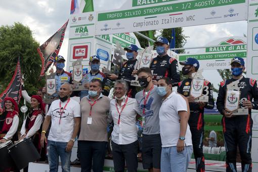 La premiazione 2020 con il vicepresidente della Giunta Regionale Fabio Carosso, il sindaco albese Carlo Bo, gli organizzatori e i tre equipaggi vincitori (Foto Barbara Guazzone)