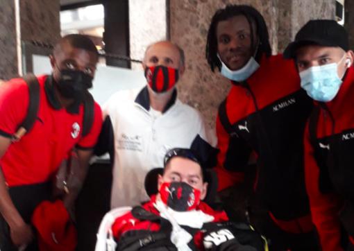 """Il sogno di Giuseppe diventa realtà: """"l'abbraccio"""" dei calciatori del Milan a Torino"""