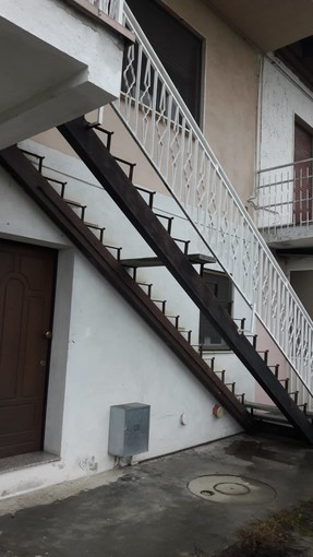 La scala di accesso all'abitazione, dopo il furto dei gradini di marmo
