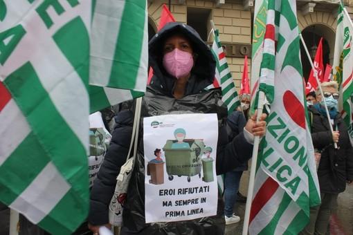 Gli operatori hanno protestato sotto le finestre della Regione in piazza Castello