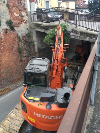 Sommariva Perno: ruspa danneggia il ponte di via Alba. Traffico pesante deviato da Baldissero (FOTO)