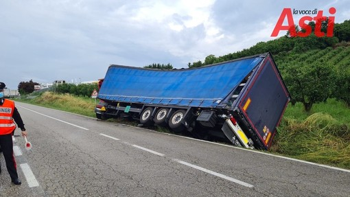 Camion fuori strada tra Canale e San Damiano. Due gru e un trattore per rialzarlo [FOTO]