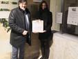 Il primo cittadino santostefanese mostra la targa affissa all'ingresso del municipio