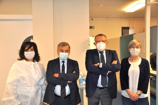 I presidenti di Aca e Banca d'Alba, Viglione e Cornaglia, insieme alla dottoressa Paola Prandi (a sinistra) e alla coordinatrice del centro medico di Grinzane Nadia Montaldo