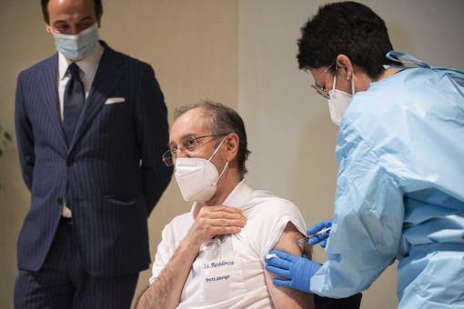 Cirio assiste alla vaccinazione nel giorno del V-day