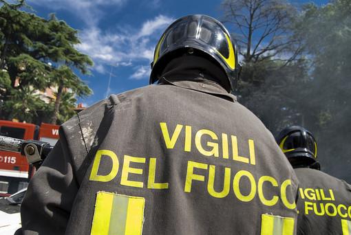 Incendio tetto a Monastero di Dronero, tre squadre dei vigili del fuoco sul posto