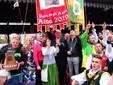 Il presidente Bruno Silvestro solleva il Palio 2019 (Ph Antonio Abbruzzese)