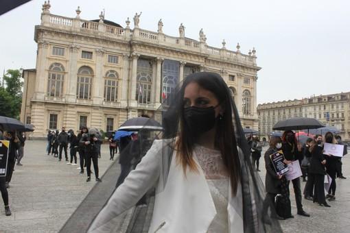 """La protesta in piazza Castello del """"settore wedding"""", con una sposa vestita a lutto (foto e video: Andrea Parisotto)"""