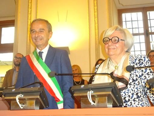 Il passaggio di consegne tra Gianni Fogliato e il suo predecessore nella carica di primo cittadino, Bruna Sibille