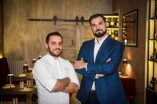 Paolo Zambon, patron del Corneler di via Bellini, insieme allo chef Giovanni Balzo