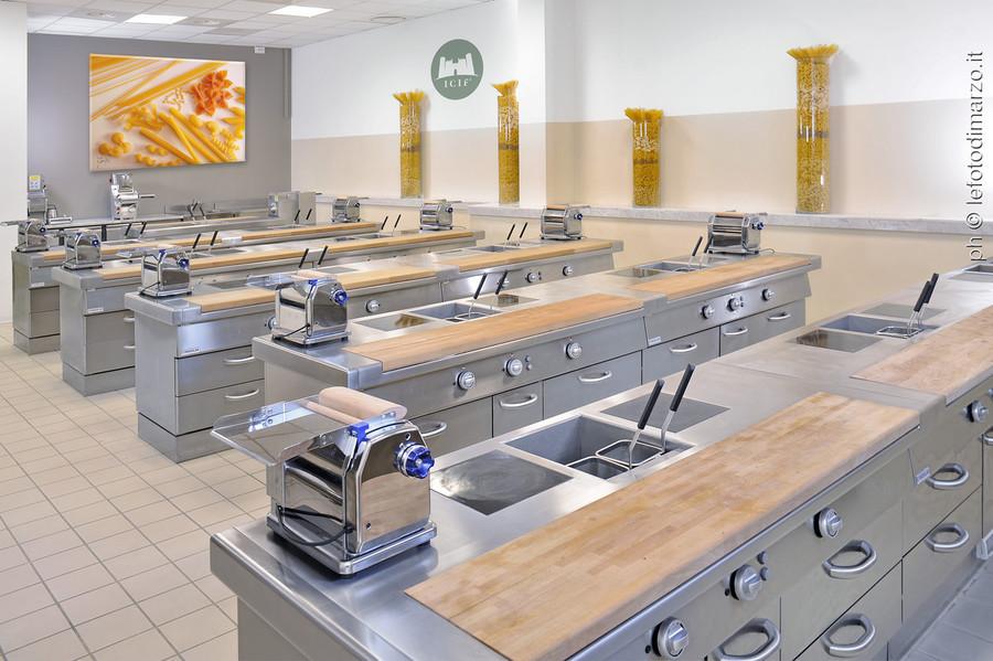 Sette Futuri Chef Stellati Prigionieri Nell Istituto Internazionale Di Cucina Italiana Per Stranieri Dell Imprenditore Cuneese Sassone Lavocedialba It