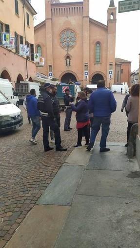 """Alba, i banchi di via Maestra vanno in piazza Prunotto. Sulla """"rivolta"""" di alcuni ambulanti indagini in corso"""