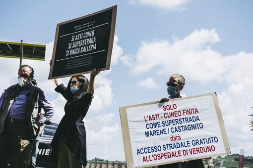 Un momento del sit-in tenuto a Grinzane venerdì scorso (foto Barbara Guazzone)