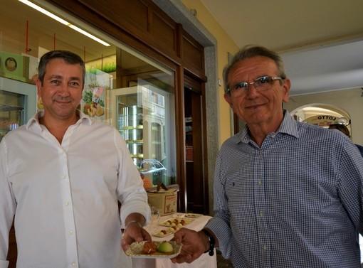 I sindaci di Canale, Enrico Faccenda, e di Bosia, Ettore Secco, salutano la nuova creazione