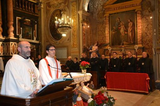Don Giorgio Garrone proclama la Parola di Dio nella chiesa dei Battuti Neri di Bra