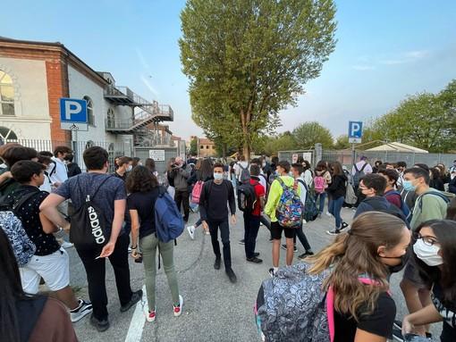 L'ingresso degli studenti al Liceo Scientifico Cocito di Alba