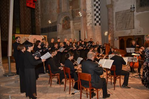 Il Coro Intonando con l'orchestra in occasione del concerto di Natale del 2018