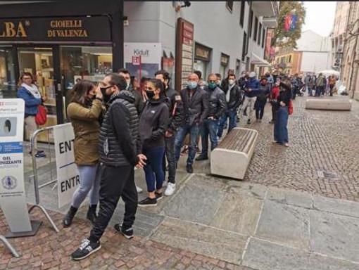 Alba, capitale del tartufo, a numero chiuso nei weekend di Fiera, ma fuori dai varchi è il caos