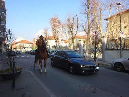 A cavallo per le strade di Bra dopo la benedizione al Santuario della Madonna dei Fiori